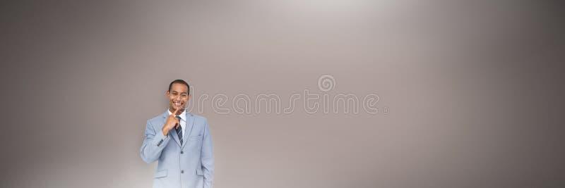  Человек думая перед коричневым shimmer предпосылки стоковые фото