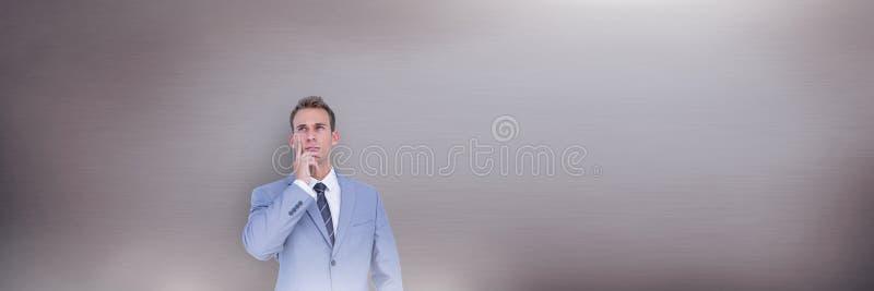 Человек думая перед серой предпосылкой shimmer стоковые изображения rf