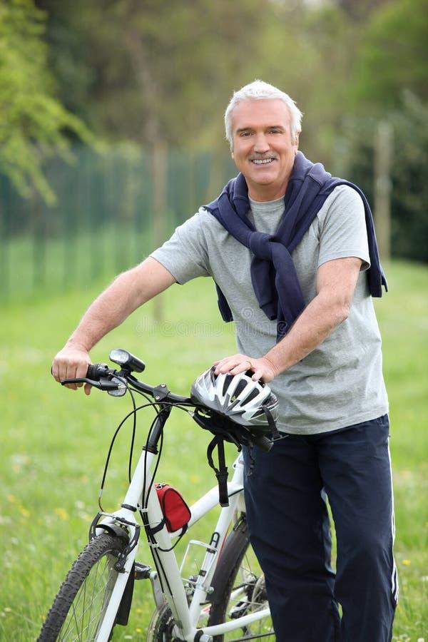 Человек его bike стоковые фотографии rf