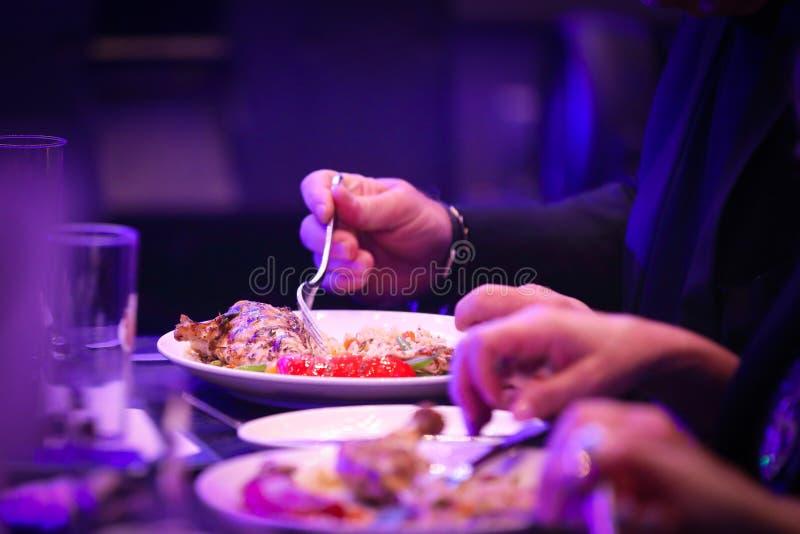 Человек есть еду в официально столовой стоковые изображения