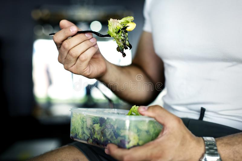 Человек есть здоровую еду veggies стоковое изображение rf