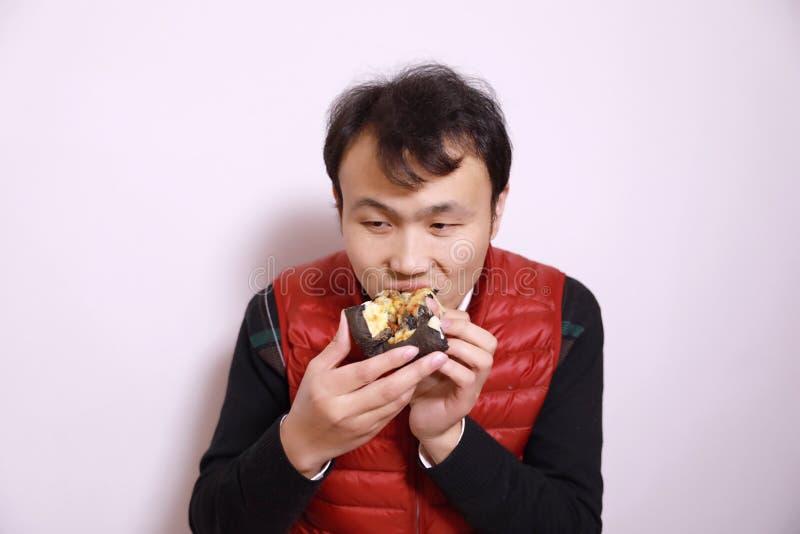 Человек есть черную пиццу стоковая фотография rf