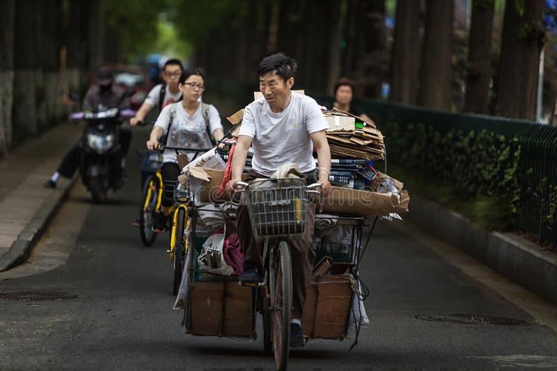 Человек ехать велосипед для того чтобы купить утиль стоковая фотография rf