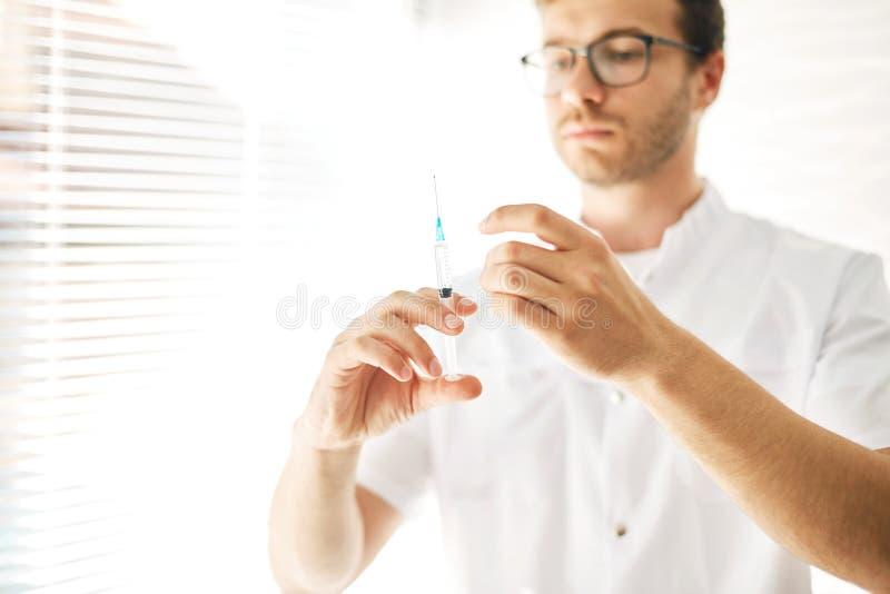 Человек заботя вне вакцинирование населения стоковое изображение rf