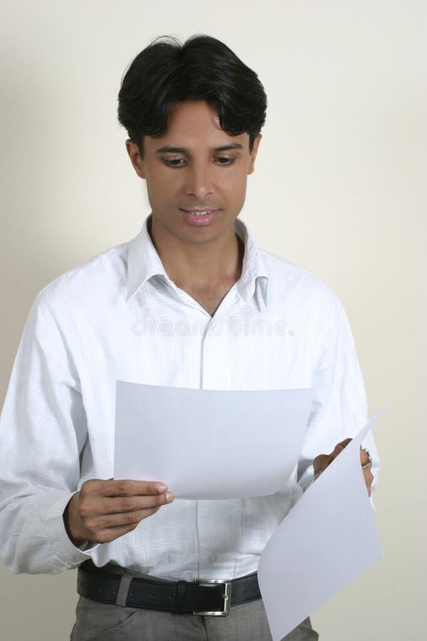 человек завертывает детенышей в бумагу чтения стоковые фото