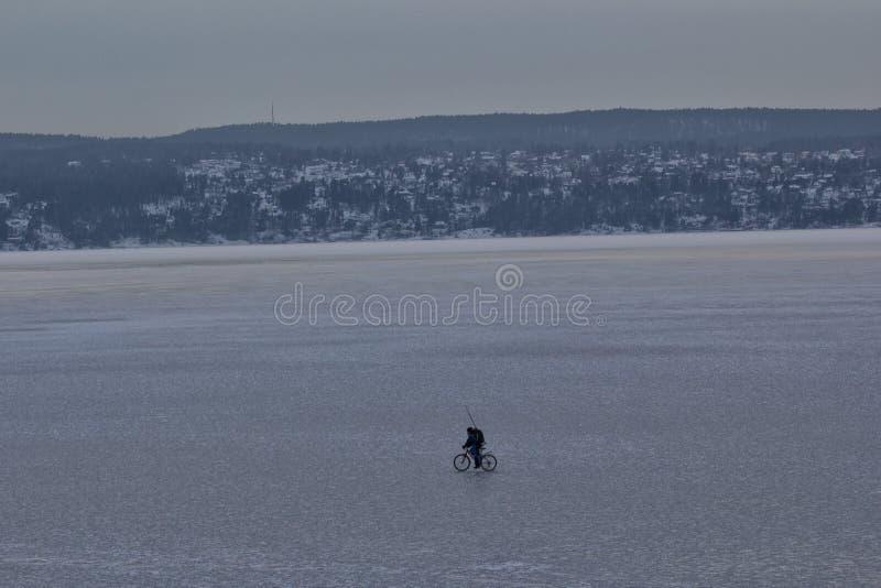 Человек задействуя на айсберге стоковые изображения