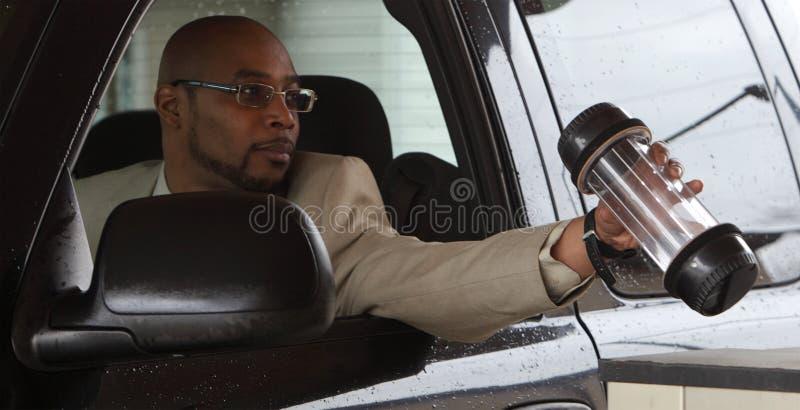 Человек задерживая кассир банка стоковое фото