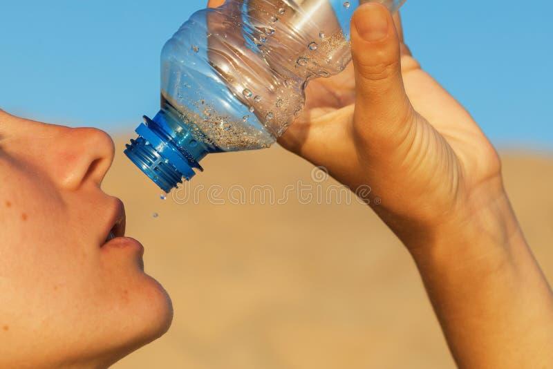 Человек заканчивает последнюю воду Концепция на теме жажды стоковые фото