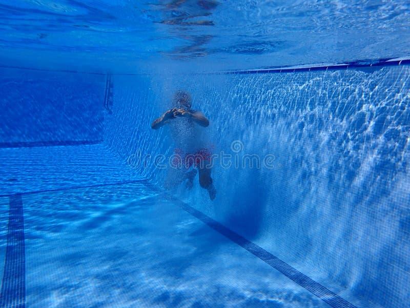 Человек заплывания под водой стоковые фотографии rf