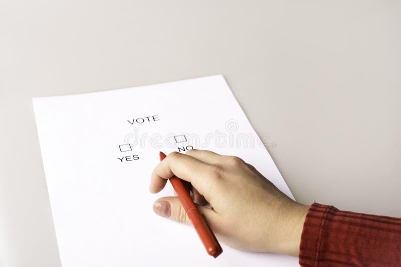 Человек заполняет список избирателей стоковая фотография rf