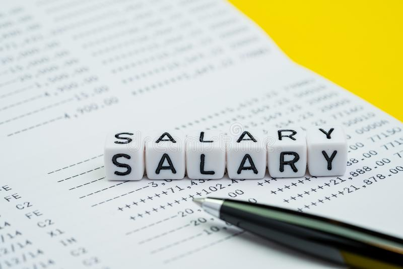 Человек зарплаты, зарплата офиса или концепция банковского взноса работника, блок куба с зарплатой слова здания алфавита на сбере стоковое изображение