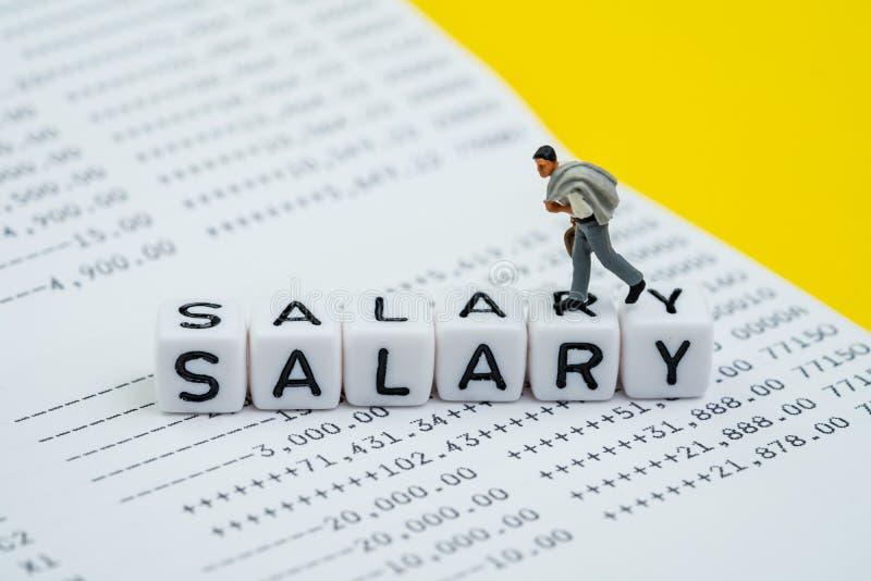 Человек зарплаты, зарплата офиса или концепция банковского взноса работника, миниатюрная диаграмма счастливый бизнесмен, парень о стоковое фото