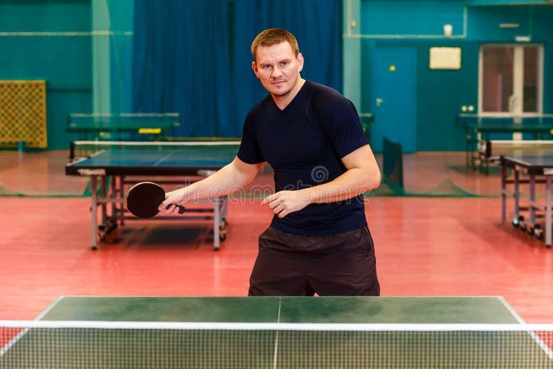 Человек играет настольный теннис стоковое фото