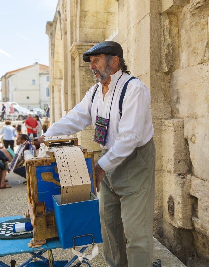 Человек играя на органе улицы JUNE12, 2018 в Arles, Франция стоковая фотография rf