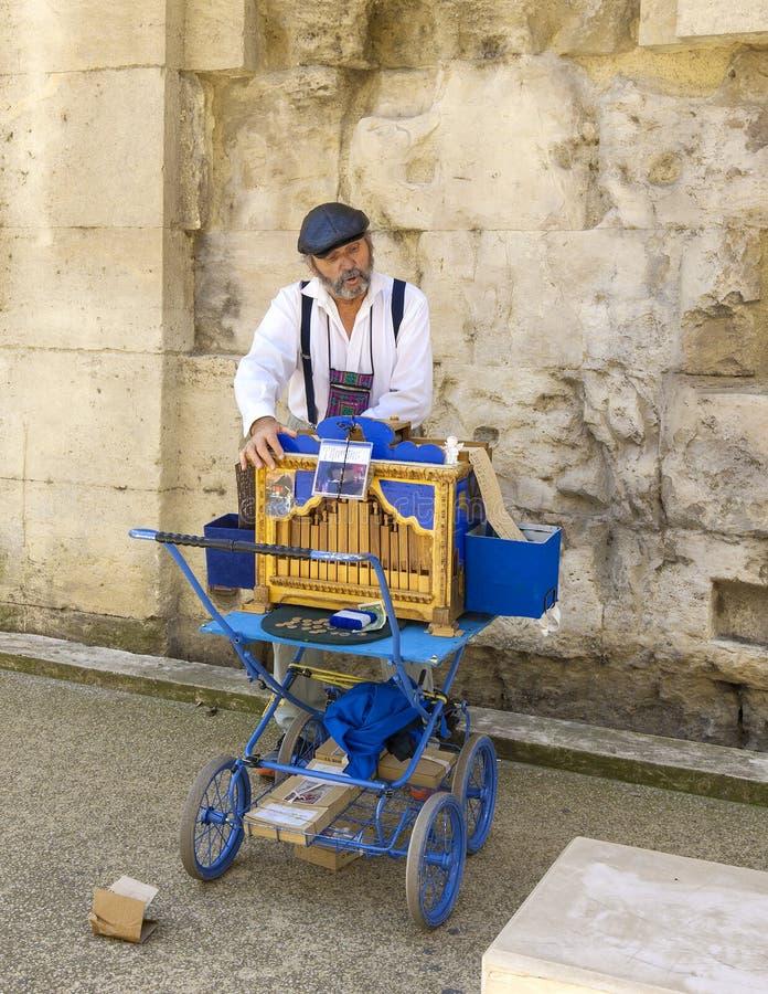 Человек играя на органе улицы JUNE12, 2018 в Arles, Франция стоковые изображения rf