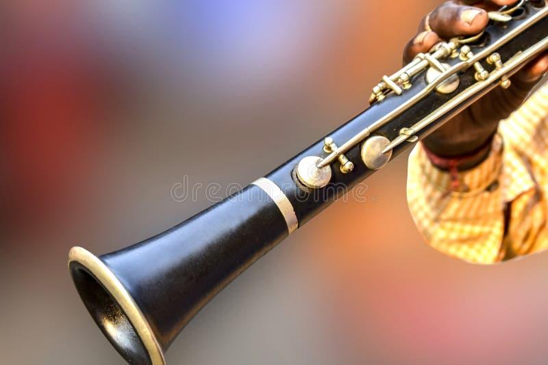 Человек играя сладкие песни с -плоским кларнетом, латунью, ветром, джазом, aerophone, аппаратурой музыки стоковое изображение