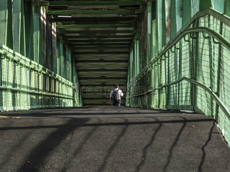 человек идет на подиум в западной стороне Сан-Паулу стоковые изображения rf