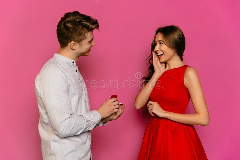 Человек идет сделать предложение замужества к его шикарной женщине стоковое изображение rf