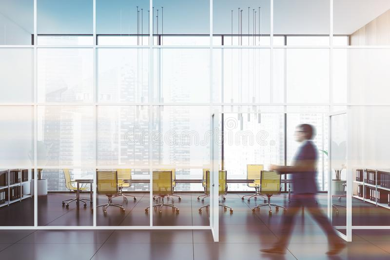 Человек идя в залу офиса с конференц-залом стоковое фото rf