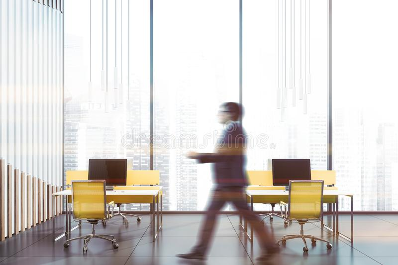 Человек идя в панорамный интерьер офиса стоковые изображения rf