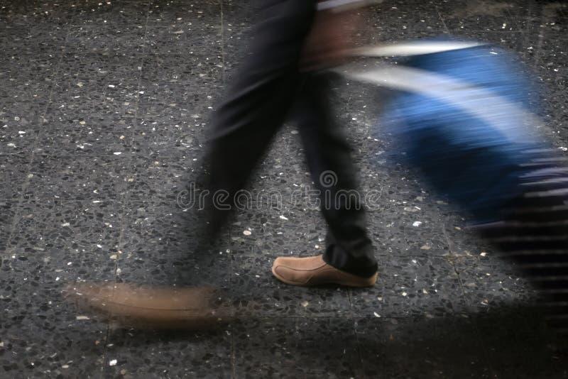 Человек идя с багажем стоковые изображения rf