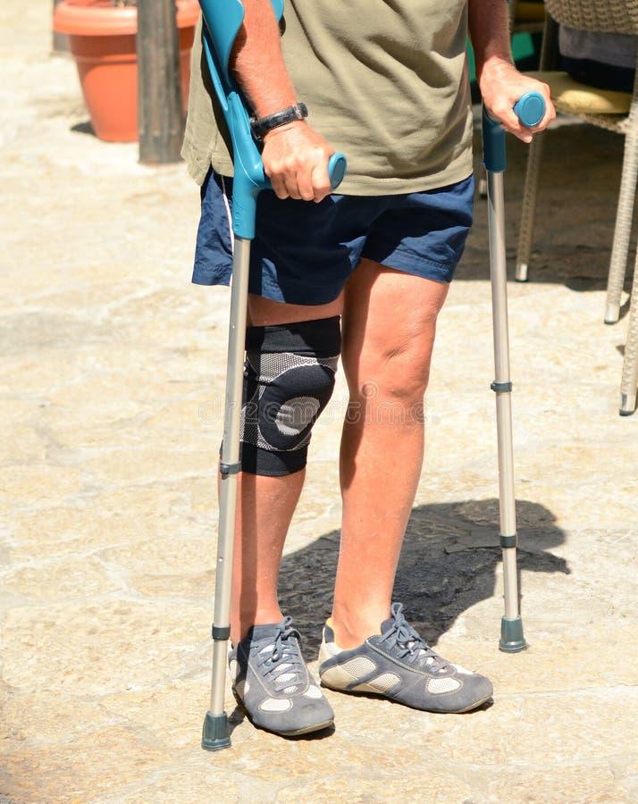 Человек идя с костылями, реабилитация после ушиба стоковая фотография