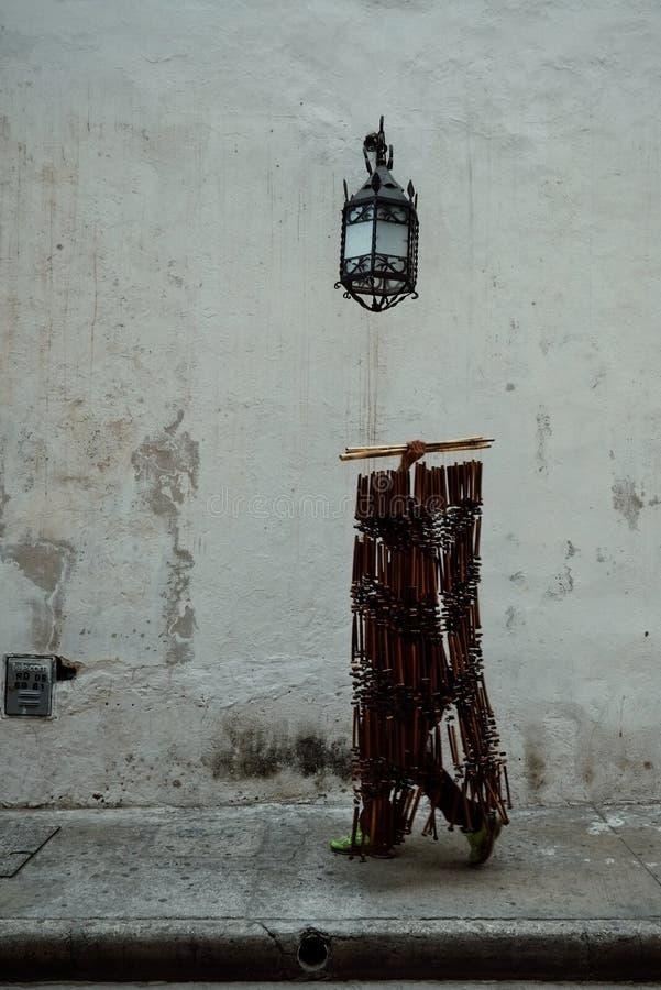 человек идя с набором вися занавеса шарика входа в основе исторического города стоковые фото