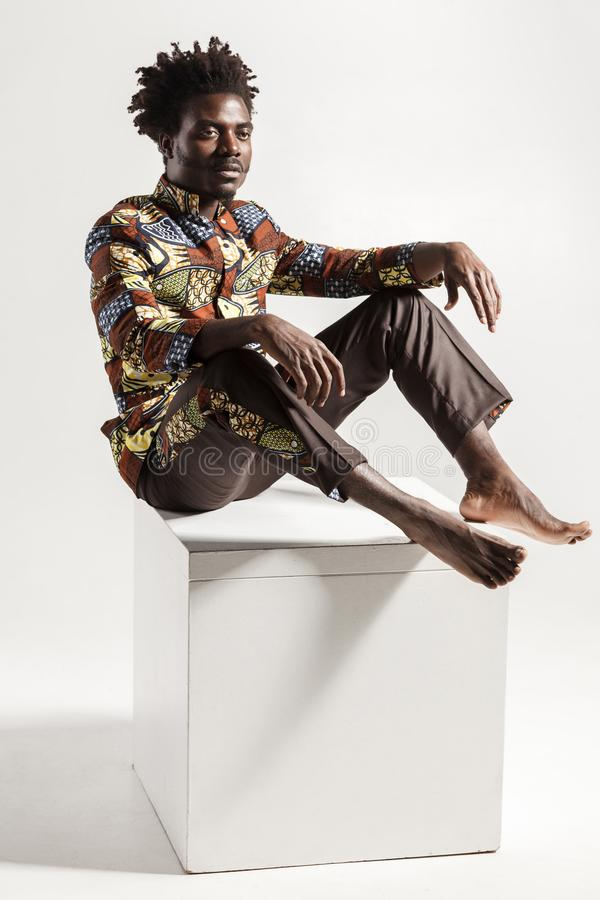 Человек известных и моды африканский представляя на coub стоковая фотография