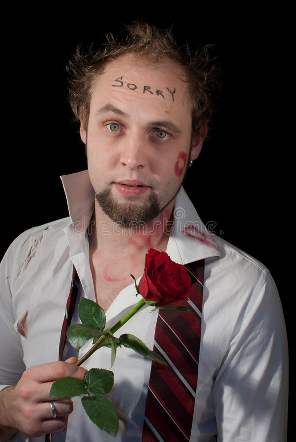 Человек извиняется после партии ночи стоковое фото