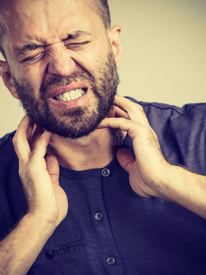 Человек имея горло, боль шеи стоковые фотографии rf