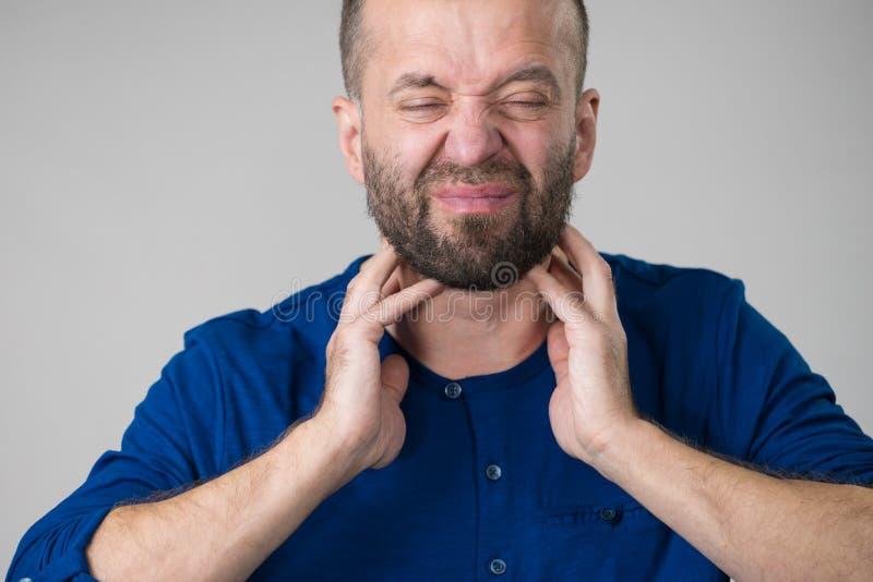 Человек имея горло, боль шеи стоковые фото