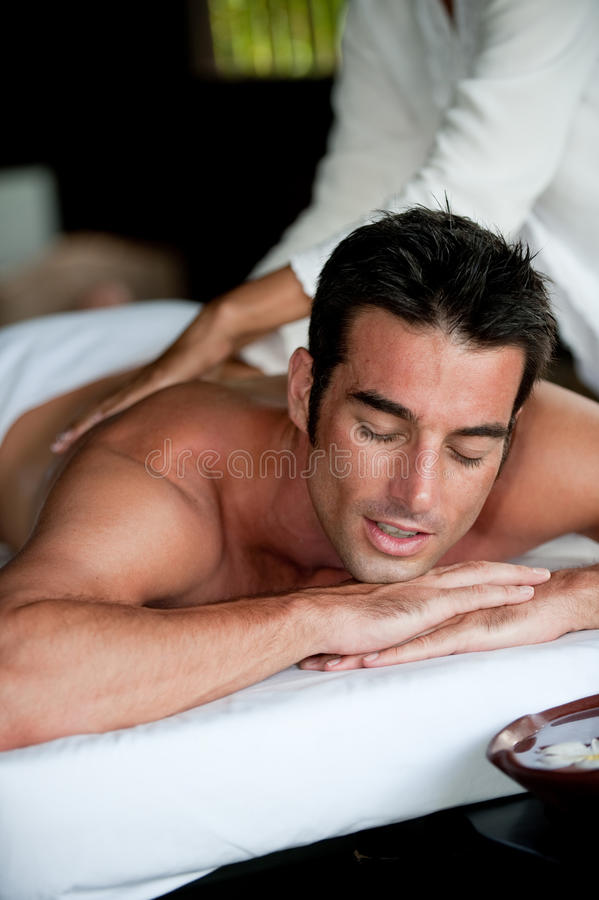 Человек имея массаж стоковое изображение