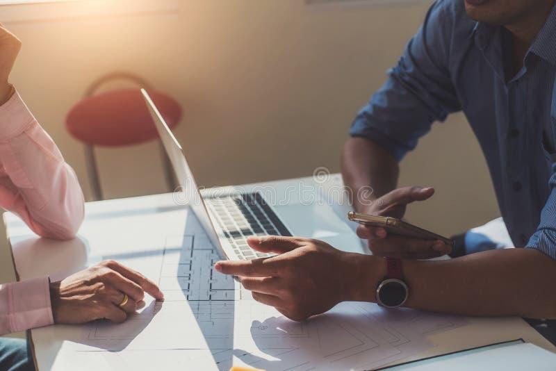 Человек инженера работая с осмотром чертежей в рабочем месте в офисе Концепция инструментов и конструкции инженерства Архитектор  стоковые изображения