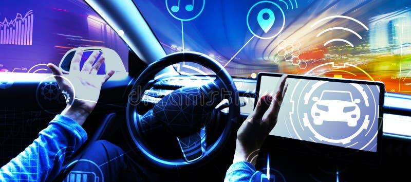 Человек используя автомобиль в режиме автопилота стоковые фотографии rf