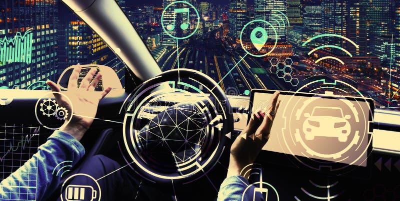 Человек используя автомобиль в режиме автопилота стоковая фотография rf