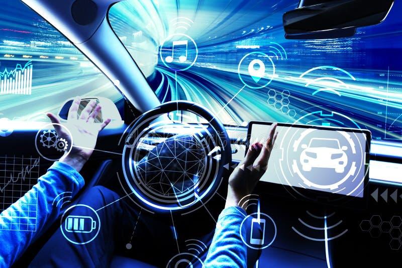 Человек используя автомобиль в режиме автопилота стоковое изображение