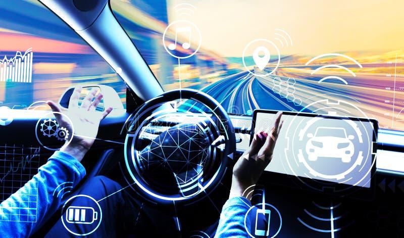 Человек используя автомобиль в режиме автопилота стоковое фото rf