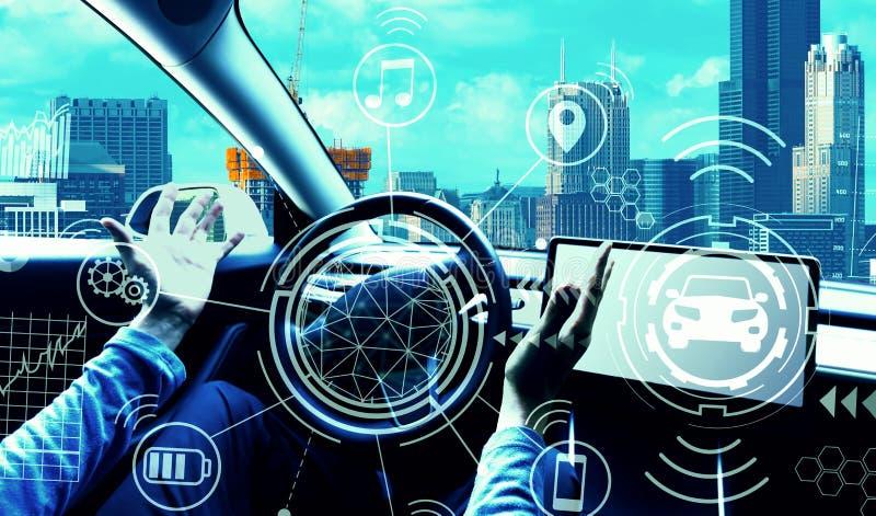 Человек используя автомобиль в режиме автопилота стоковое изображение rf