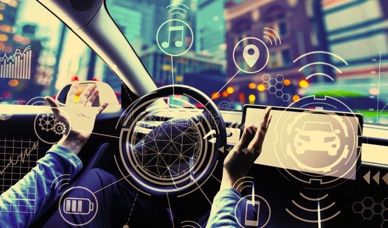Человек используя автомобиль в режиме автопилота стоковое фото