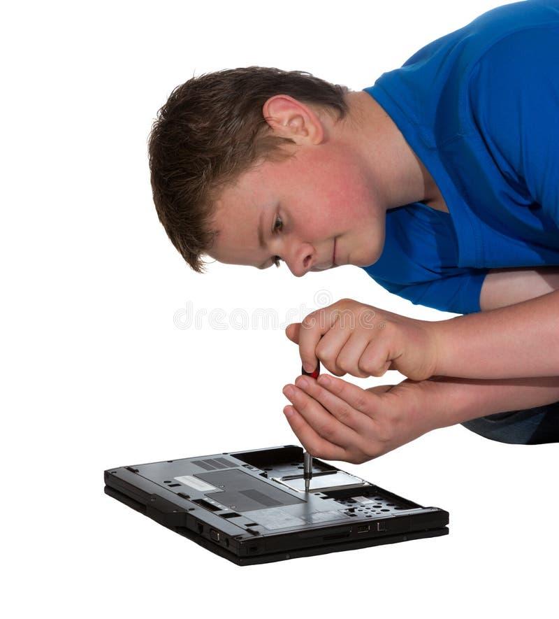Человек исправляя портативный компьютер стоковые фотографии rf