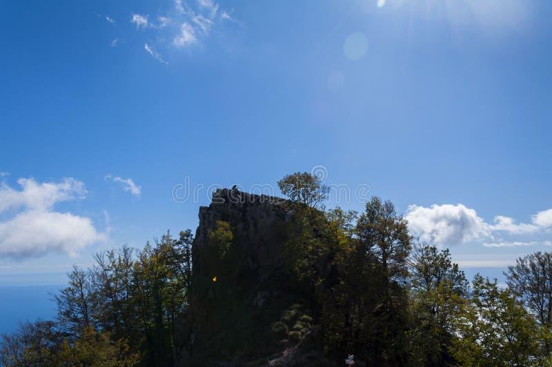 Человек и гора стоковое изображение rf