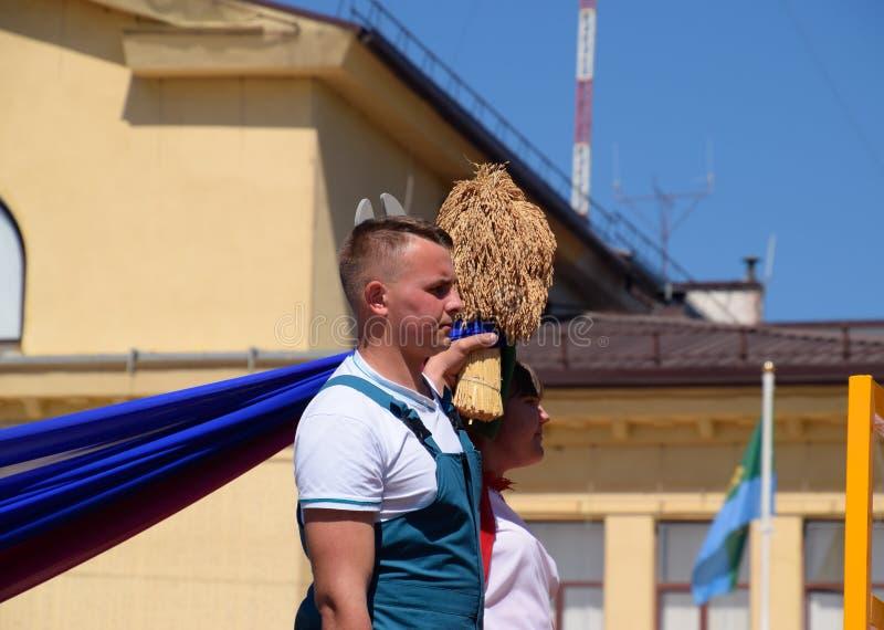 Человек и девушка с букетом колосков риса Праздновать первое -го май, день весны и работы Праздник Первого Мая стоковые фото