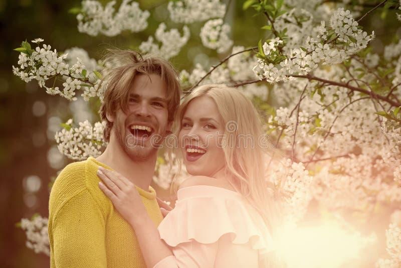 Человек и женщина весной, пасха стоковые изображения