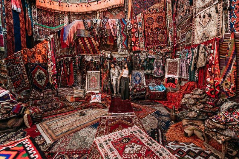 Человек и женщина в магазине Пары в любов в Турции Человек и женщина в восточной стране Сувенирный магазин Пара в перемещениях лю стоковые изображения