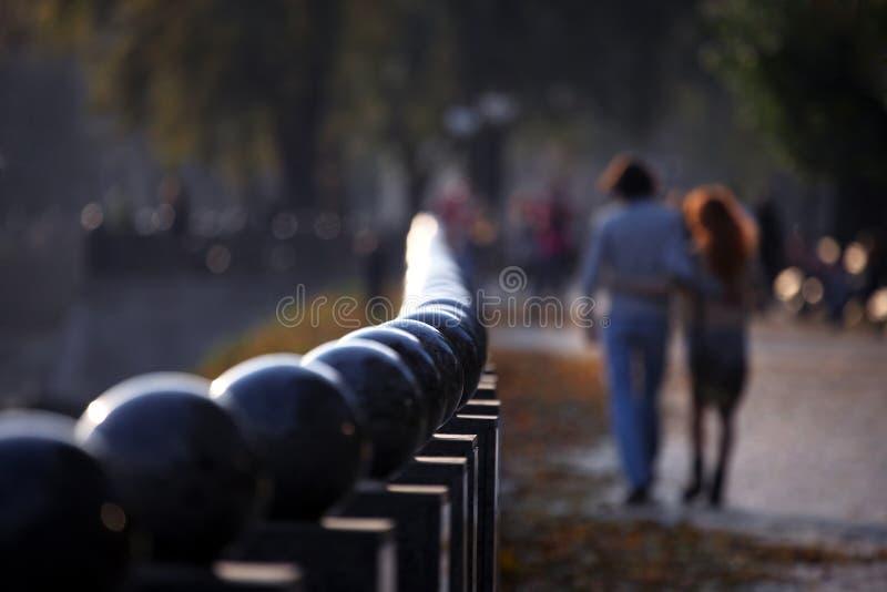Человек и женщина идя совместно вдоль запачканного портового района в стоковое изображение rf