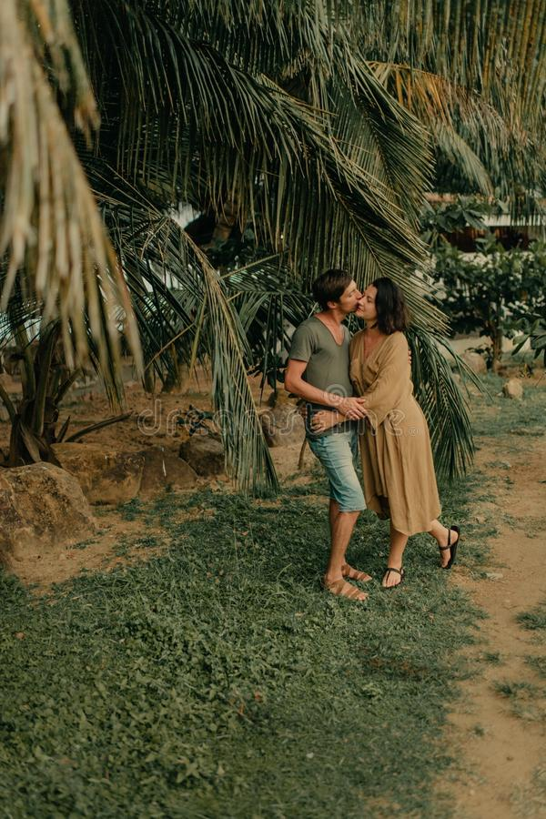 Человек и женщина обнимая под пальмами стоковая фотография rf