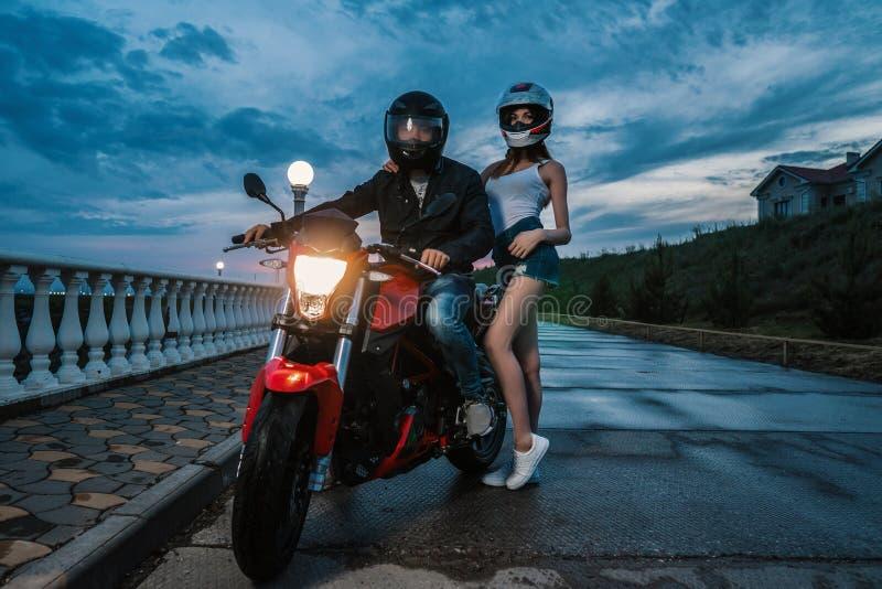 Человек и женщина пар велосипедиста на мотоцикле спорта черного и красного цвета стоковое изображение rf