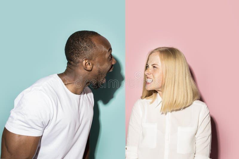 Человек и женщина представляя на студии во время ссоры стоковое изображение