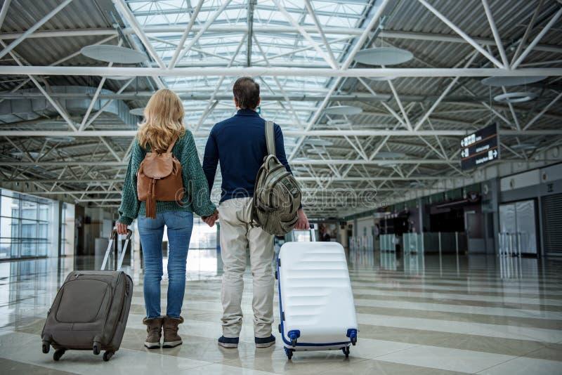 Человек и женщина приезжая после путешествия стоковые фотографии rf