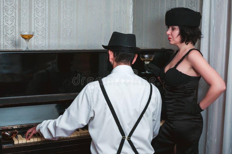 Человек и женщина ретро стоковое изображение